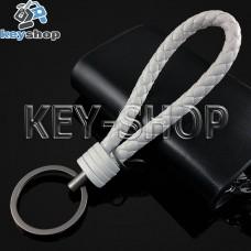 Белый брелок с кожаным плетёным шнуром и кольцом в темном хроме