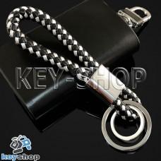 Черно - белый брелок с кожаным плетёным шнуром и двумя кольцами
