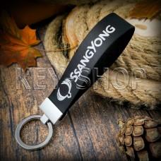 Брелок для авто ключей SsangYong (Ссанг-Йонг) кожаный (черный, узкий) с хромированной фурнитурой