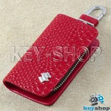 """Ключница карманная (красная, """"змеиная кожа"""", на молнии, с карабином, с кольцом), логотип авто Suzuki (Сузуки)"""