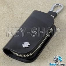 Ключница карманная (кожаная, черная, с узором, на молнии, с карабином, с кольцом), логотип авто Suzuki (Сузуки)